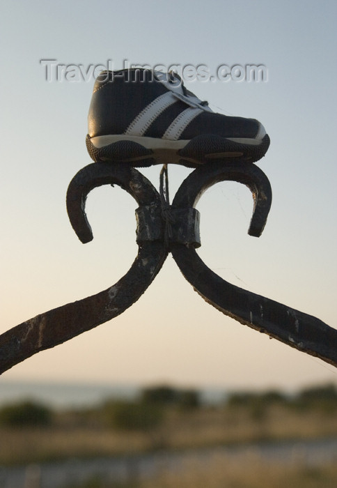 gotland12: Sweden - Gotland island - Visby: lost shoe / förlorad sko - photo by C.Schmidt - (c) Travel-Images.com - Stock Photography agency - Image Bank