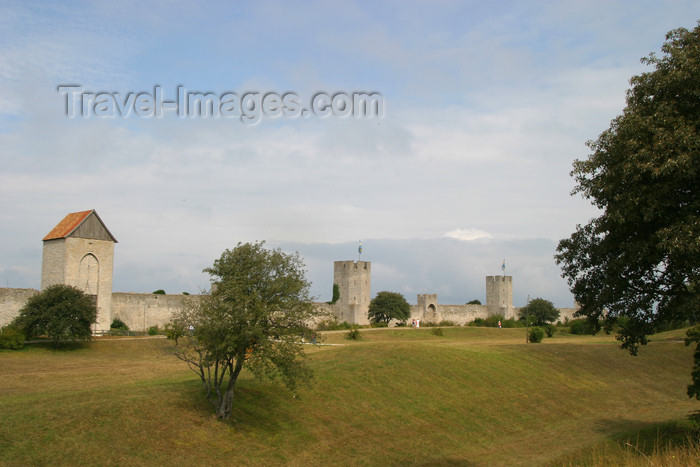 gotland24: Gotland island - Visby: town walls - ramparts - city walls - Visby stadsmur Unesco World Heritage site / stad muren - photo by C.Schmidt - (c) Travel-Images.com - Stock Photography agency - Image Bank