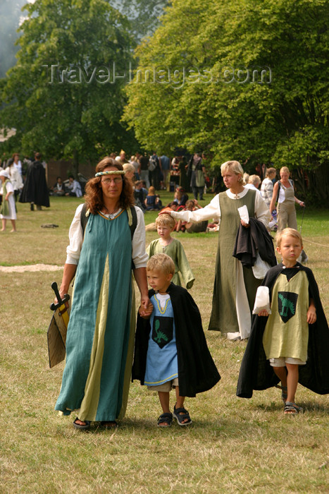gotland30: Sweden - Gotland island / Gotlands län - Visby: medieval family - medieval week - photo by C.Schmidt - (c) Travel-Images.com - Stock Photography agency - Image Bank