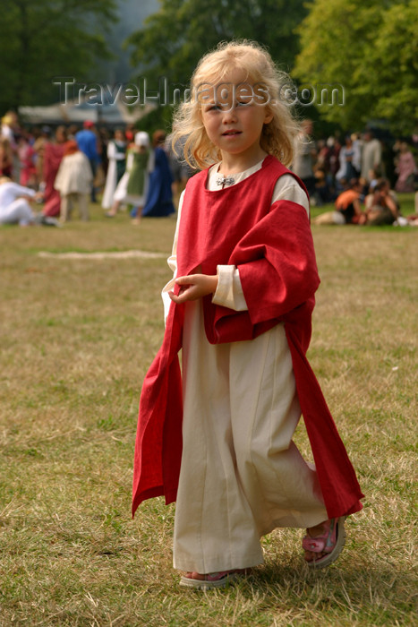 gotland31: Sweden - Gotland island / Gotlands län - Visby: medieval girl - medieval week - blonde girl - photo by C.Schmidt - (c) Travel-Images.com - Stock Photography agency - Image Bank