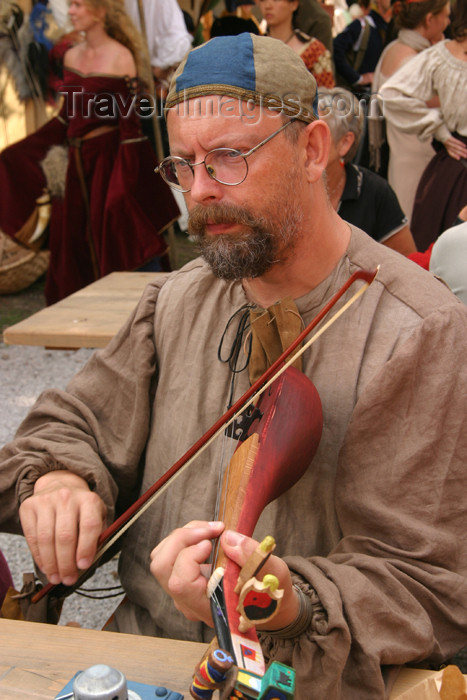 gotland35: Sweden - Gotland island / Gotlands län - Visby: medieval musician - medieval week - photo by C.Schmidt - (c) Travel-Images.com - Stock Photography agency - Image Bank