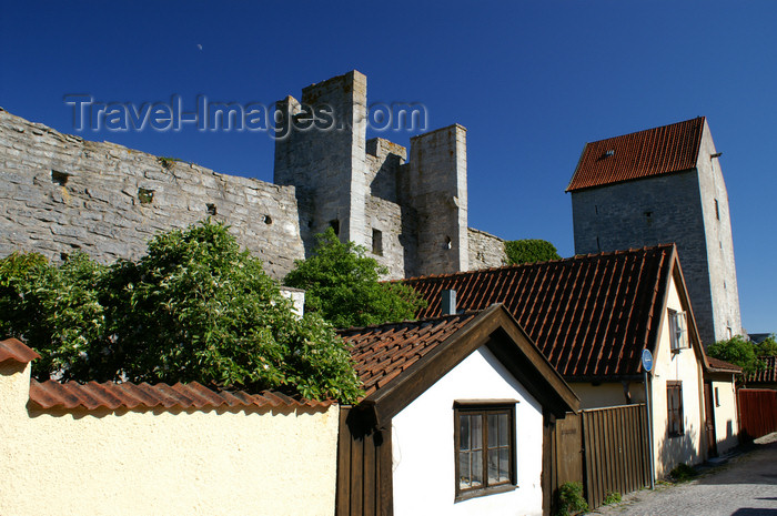 gotland87: Gotland - Visby: along Murgatan, houses, wall and tower  - photo by A.Ferrari - (c) Travel-Images.com - Stock Photography agency - Image Bank
