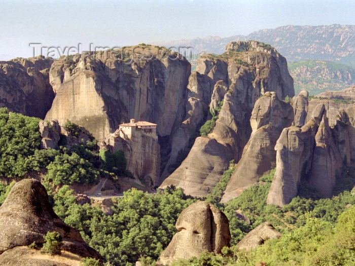 greece162: Greece - Meteora (Thessalia): Kastraki - landscape (photo by M.Bergsma) - (c) Travel-Images.com - Stock Photography agency - Image Bank