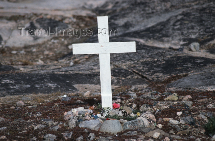 greenland27: Greenland - Ilulissat / Jakobshavn - cemetery - lonely grave with simple white woodcross of an unknown person - photo by W.Allgower - (c) Travel-Images.com - Stock Photography agency - Image Bank