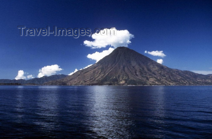 guatemala1: Guatemala - Lake Atitlan (Solola province): seen from Panajachel with the San Pedro volcano (photographer: Mona Sturges) - (c) Travel-Images.com - Stock Photography agency - Image Bank