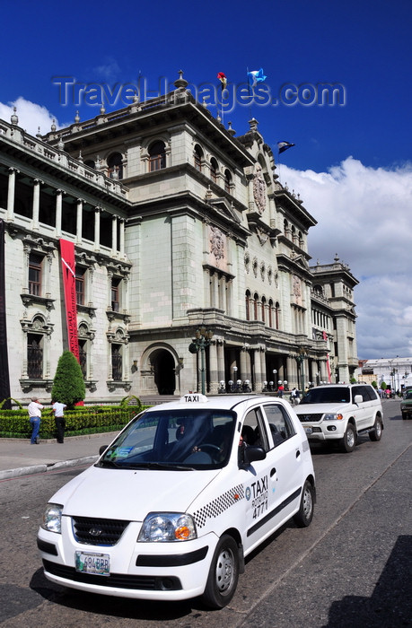 guatemala108: Ciudad de Guatemala / Guatemala city: taxi and National Palace of Culture - Plaza Mayor, 6a Calle - photo by M.Torres - (c) Travel-Images.com - Stock Photography agency - Image Bank