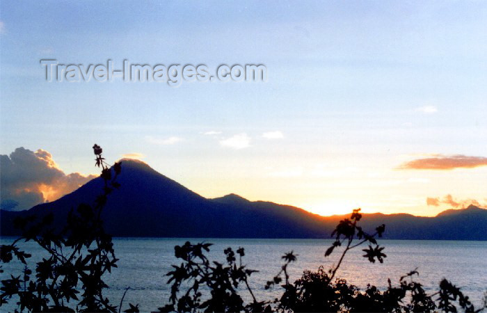 guatemala15: Guatemala - Solola: dawn on lake Atitlan / atardecer en lago Atitlan en Solola (photographer: Hector Roldán) - (c) Travel-Images.com - Stock Photography agency - Image Bank