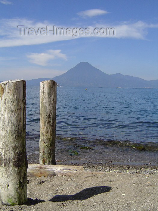 guatemala24: Guatemala - Lake Atitlan: shore and the San Pedro volcano / lago Atitlan (photographer: Hector Roldán) - (c) Travel-Images.com - Stock Photography agency - Image Bank