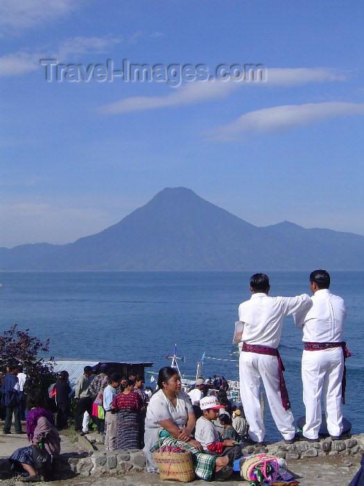 guatemala25: Guatemala - Lake Atitlan: gazing at the San Pedro volcano / lago Atitlan (photographer: Hector Roldán) - (c) Travel-Images.com - Stock Photography agency - Image Bank