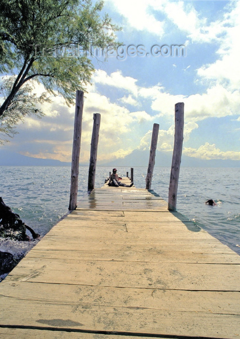 guatemala40: Guatemala - Panajachel - Lago de Atitlán - Sololá department: siesta on the pier - Lake Atitlán (photo by A.Walkinshaw) - (c) Travel-Images.com - Stock Photography agency - Image Bank