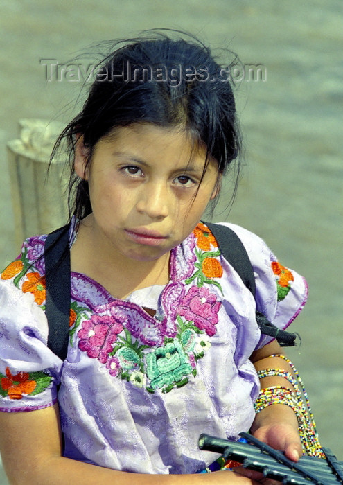 guatemala42: Guatemala - Lago de Atitlán: staring girl (photo by A.Walkinshaw) - (c) Travel-Images.com - Stock Photography agency - Image Bank