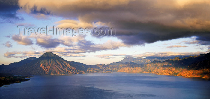 guatemala47: Guatemala - Lake Atitlan, Solola department: horizon - the volcanos Atitlan, Toliman and the small Cerro de Oro - photo by W.Allgower - (c) Travel-Images.com - Stock Photography agency - Image Bank