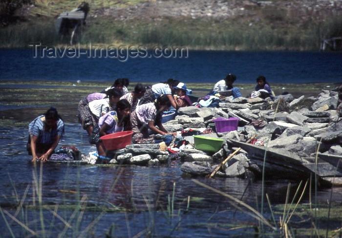 guatemala7: Guatemala - Lake Atitlan (Solola province): women doing laundry at the shore of the lake / lago Atitlan (photographer: Mona Sturges) - (c) Travel-Images.com - Stock Photography agency - Image Bank