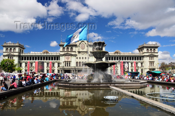 guatemala94: Ciudad de Guatemala / Guatemala city: National Palace of Culture, fountain and flag on the Central Park, the heart of La Nueva Guatemala de la Asunción - Plaza de la Constitución - photo by M.Torres - (c) Travel-Images.com - Stock Photography agency - Image Bank