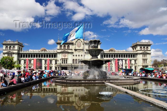 guatemala94: Ciudad de Guatemala / Guatemala city: National Palace of Culture, fountain and flag on the Central Park, the heart of La Nueva Guatemala de la Asunción - Plaza de la Constitución - photo by M.Torres - (c) Travel-Images.com - Stock Photography agency - Image Bank