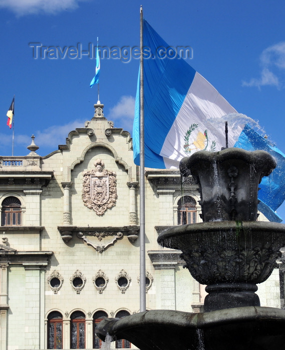 guatemala96: Ciudad de Guatemala / Guatemala city: fountain and flag on Parque Central, in front of the National Palace of Culture - photo by M.Torres - (c) Travel-Images.com - Stock Photography agency - Image Bank