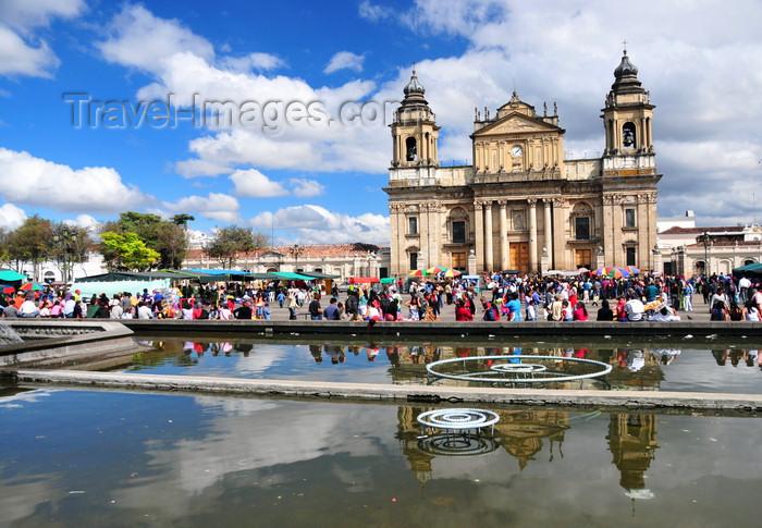 guatemala97: Ciudad de Guatemala / Guatemala city: Metropolitan Cathedral and fountain of Parque Central - Catedral Primada Metropolitana de Santiago - Plaza Mayor - photo by M.Torres - (c) Travel-Images.com - Stock Photography agency - Image Bank