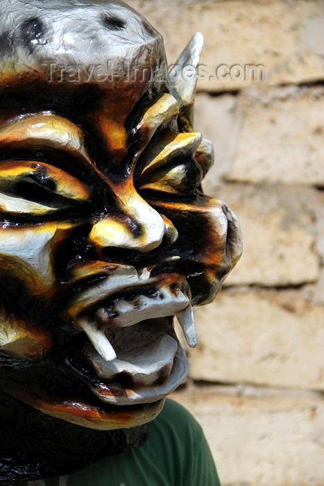 guinea-bissau102: Bissau, Guinea Bissau / Guiné Bissau: Chão de Papel Varela quarter, Carnival masks, man with mask / Bairro 'Chão de Papel Varela', máscaras de Carnaval, preparação, homem com máscara - photo by R.V.Lopes - (c) Travel-Images.com - Stock Photography agency - Image Bank