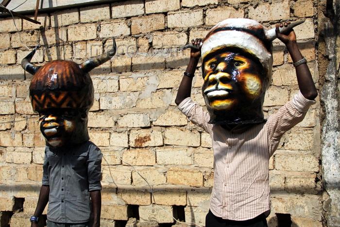 guinea-bissau103: Bissau, Guinea Bissau / Guiné Bissau: Chão de Papel Varela quarter, Carnival masks, men with masks / Bairro 'Chão de Papel Varela', máscaras de Carnaval, preparação, homens com máscaras - photo by R.V.Lopes - (c) Travel-Images.com - Stock Photography agency - Image Bank