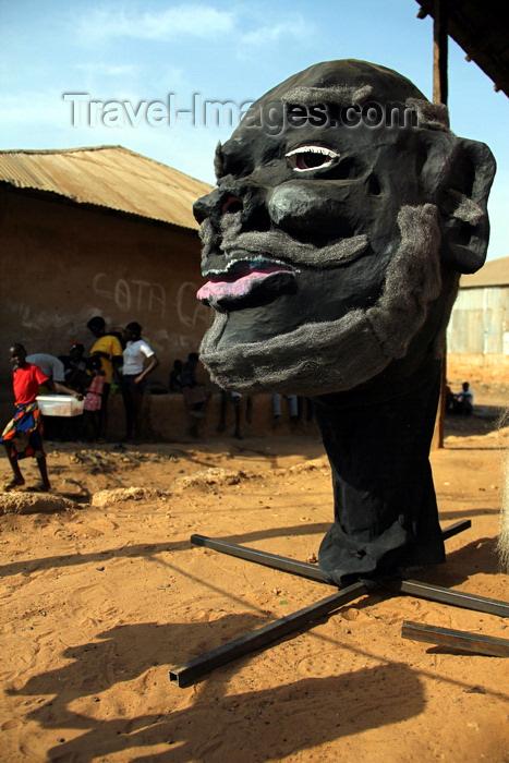 guinea-bissau108: Bissau, Guinea Bissau / Guiné Bissau: Bandim quarter, Carnival masks, mask, 'tabanca', children running, everyday life/ Bairro 'Bandim', máscaras de Carnaval, preparação, máscara, tabanca, crianças e homens a conversar, vida quotidiana - photo by R.V.Lopes - (c) Travel-Images.com - Stock Photography agency - Image Bank