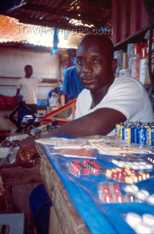 guinea-bissau13: Guinea Bissau / Guiné Bissau - Bissau: market - selling pills - medicine man - informal pharmacy / medicamentos no mercado (foto de / photo by Dolores CM) - (c) Travel-Images.com - Stock Photography agency - Image Bank