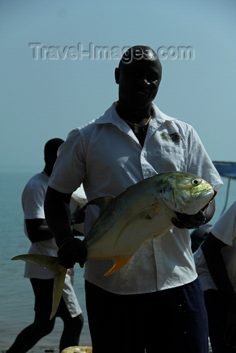 guinea-bissau152: Rubane Island, Bijagós Archipelago - UNESCO biosphere reserve, Bubaque sector, Bolama region, Guinea Bissau / Guiné Bissau: Hotel Punta Anchaca, man showing the fish he just caught - crevalle jack, Caranx hippos / Hotel Punta Anchaca, homem na praia a mostrar o peixe apanhado - Xaréu-macoa - photo by R.V.Lopes - (c) Travel-Images.com - Stock Photography agency - Image Bank