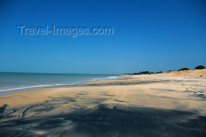 guinea-bissau159: Praia de Varela / Varela beach, Cacheu region, Guinea Bissau / Guiné Bissau: View from the beach / Paisagem da praia - photo by R.V.Lopes - (c) Travel-Images.com - Stock Photography agency - Image Bank