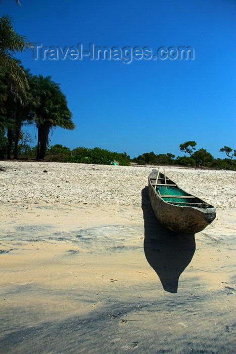 guinea-bissau163: Praia de Varela / Varela beach, Cacheu region, Guinea Bissau / Guiné Bissau: View from the beach, dugout canoe / Paisagem da praia, canoa tradicional - photo by R.V.Lopes - (c) Travel-Images.com - Stock Photography agency - Image Bank