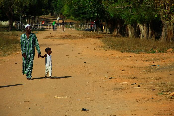 guinea-bissau165: Praia de Varela / Varela beach, Cacheu region, Guinea Bissau / Guiné Bissau: Man walking whitd a child, everyday life / Homem a passear com uma criança, vida quotidiana - photo by R.V.Lopes - (c) Travel-Images.com - Stock Photography agency - Image Bank