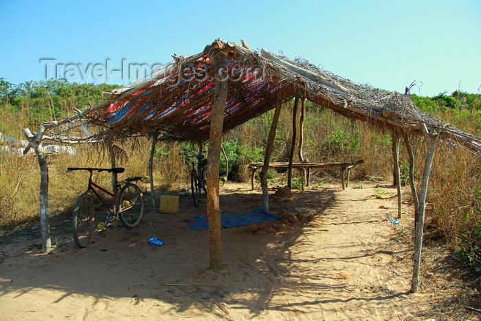 guinea-bissau177: Praia de Varela / Varela beach, Cacheu region, Guinea Bissau / Guiné Bissau: beach shelter / construção nativa na praia - photo by R.V.Lopes - (c) Travel-Images.com - Stock Photography agency - Image Bank