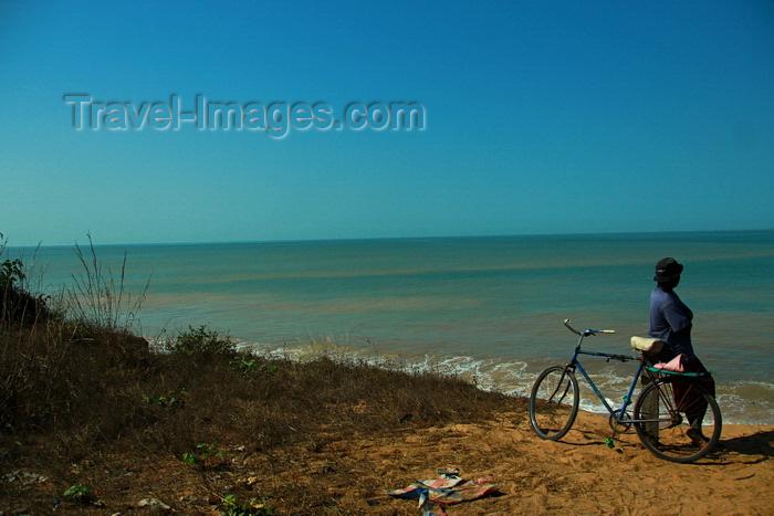 guinea-bissau179: Praia de Varela / Varela beach, Cacheu region, Guinea Bissau / Guiné Bissau: man with bike watching the sea / homem a observar o mar - photo by R.V.Lopes - (c) Travel-Images.com - Stock Photography agency - Image Bank