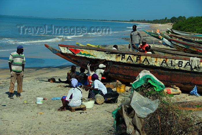 guinea-bissau181: Praia de Varela / Varela beach, Cacheu region, Guinea Bissau / Guiné Bissau: fishing boats and people on the beach / gente e barcos de pesca tradicional na praia - photo by R.V.Lopes - (c) Travel-Images.com - Stock Photography agency - Image Bank