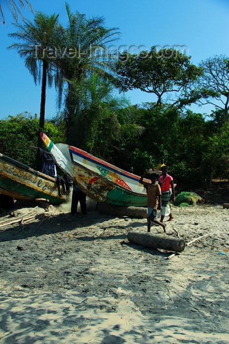 guinea-bissau184: Praia de Varela / Varela beach, Cacheu region, Guinea Bissau / Guiné Bissau: Traditional fishing boats / Barcos de pesca tradicional - photo by R.V.Lopes - (c) Travel-Images.com - Stock Photography agency - Image Bank