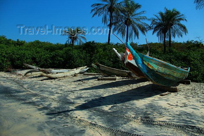 guinea-bissau188: Praia de Varela / Varela beach, Cacheu region, Guinea Bissau / Guiné Bissau: Traditional canoe, Traditional boats / Canoa tradicional, barcos de pesca tradicionais - photo by R.V.Lopes - (c) Travel-Images.com - Stock Photography agency - Image Bank