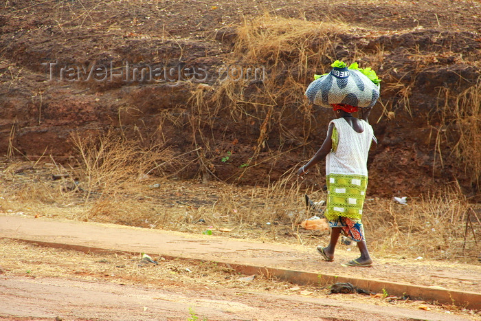 guinea-bissau193: Guinea Bissau / Guiné Bissau - Bafatá, Bafatá Region: woman carrying a lettuce bag on her head  / mulher, vida quotidiana, a carregar alfaces à cabeça - photo by R.V.Lopes - (c) Travel-Images.com - Stock Photography agency - Image Bank