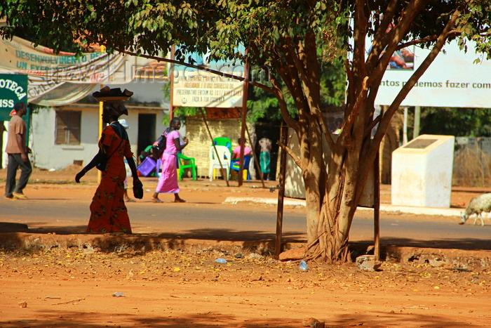 guinea-bissau194: Guinea Bissau / Guiné Bissau - Bafatá, Bafatá Region: woman and tree - street scene / mulher, vida quotidiana - photo by R.V.Lopes - (c) Travel-Images.com - Stock Photography agency - Image Bank