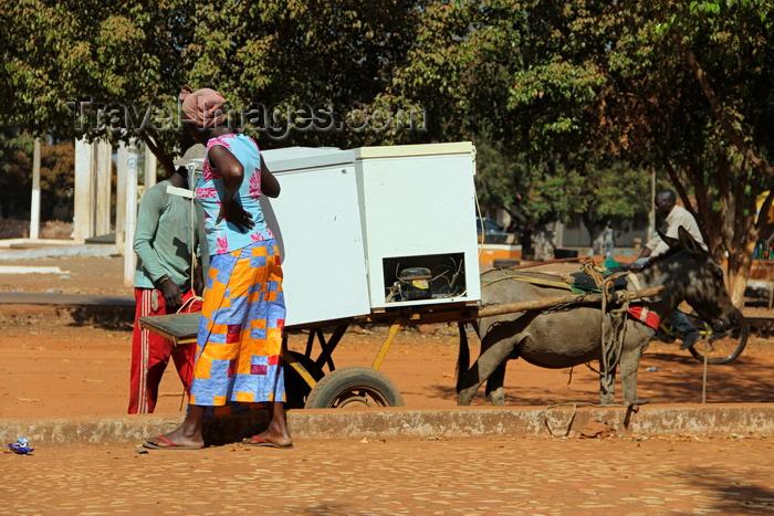 guinea-bissau195: Guinea Bissau / Guiné Bissau - Bafatá, Bafatá Region: man and woman selling cold drinks, donkey cart with fridges / homem e mulher, vida quotidiana, venda de bebidas transportadas em carroça atrelada a um burro - photo by R.V.Lopes - (c) Travel-Images.com - Stock Photography agency - Image Bank