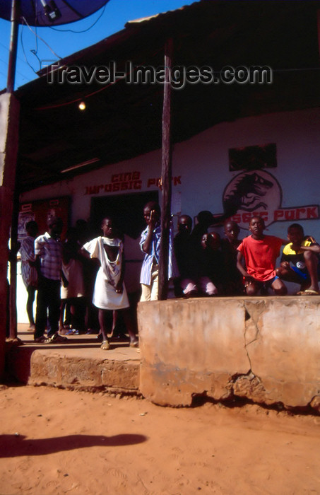 guinea-bissau2: Guinea Bissau / Guiné Bissau - Bula: kids at the Jurassic Park cinema / crianças no cinema (foto de / photo by Dolores CM) - (c) Travel-Images.com - Stock Photography agency - Image Bank