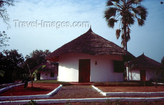 guinea-bissau20: Guinea Bissau / Guiné Bissau - Bula: African tourism - huts at the Anura Club (foto de / photo by Dolores CM) - (c) Travel-Images.com - Stock Photography agency - Image Bank