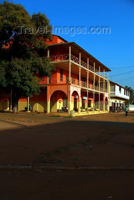 guinea-bissau31: Guinea Bissau / Guiné Bissau - Bissau, Bissau Region: old colonial house with wide balconies / edifício colonial com vastas varandas - photo by R.V.Lopes - (c) Travel-Images.com - Stock Photography agency - Image Bank