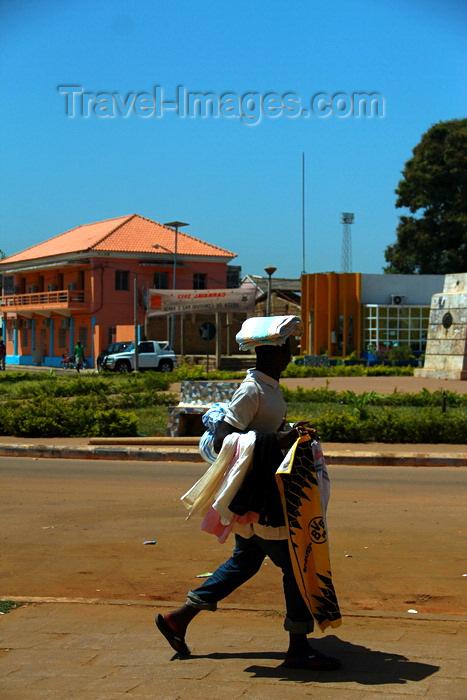 guinea-bissau32: Guinea Bissau / Guiné Bissau - Bissau, Bissau Region: man selling clothes, everyday life / Homem caminhando a vender panos, vida quotidiana - photo by R.V.Lopes - (c) Travel-Images.com - Stock Photography agency - Image Bank