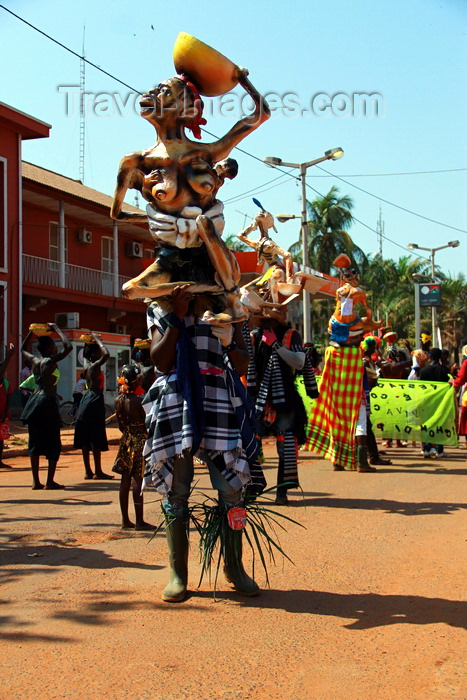 guinea-bissau37: Bissau, Guinea Bissau / Guiné Bissau: Amílcar Cabral Avenue, Carnival, men parading with masks / Avenida Amilcar Cabral, carnaval, homens a desfilar as máscaras - photo by R.V.Lopes - (c) Travel-Images.com - Stock Photography agency - Image Bank