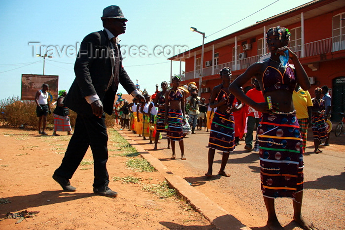 guinea-bissau38: Bissau, Guinea Bissau / Guiné Bissau: Amílcar Cabral Avenue, Carnival, women parading and man with suit / Avenida Amilcar Cabral, carnaval, mulheres a desfilar e homem de fato - photo by R.V.Lopes - (c) Travel-Images.com - Stock Photography agency - Image Bank