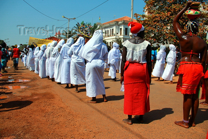 guinea-bissau39: Bissau, Guinea Bissau / Guiné Bissau: Amílcar Cabral Avenue, Carnival, women parading with white clothes - former building of the Tax administration / Avenida Amilcar Cabral, carnaval, mulheres a desfilar com traje branco - antigo edifício da Fazenda de Bissau - photo by R.V.Lopes - (c) Travel-Images.com - Stock Photography agency - Image Bank