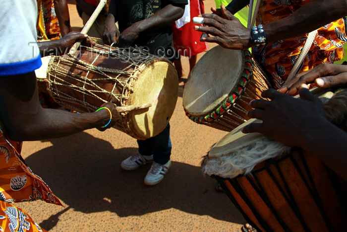 guinea-bissau41: Bissau, Guinea Bissau / Guiné Bissau: Amílcar Cabral Avenue, Carnival, men playing drums / Avenida Amilcar Cabral, carnaval, homens a tocar tambor - photo by R.V.Lopes - (c) Travel-Images.com - Stock Photography agency - Image Bank
