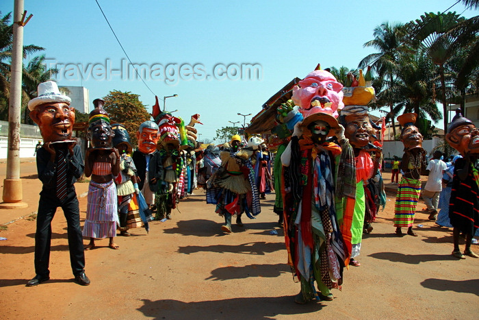 guinea-bissau43: Bissau, Guinea Bissau / Guiné Bissau: Amílcar Cabral Avenue, Carnival, men parading with masks / Avenida Amilcar Cabral, carnaval, homens a desfilar as máscaras - photo by R.V.Lopes - (c) Travel-Images.com - Stock Photography agency - Image Bank