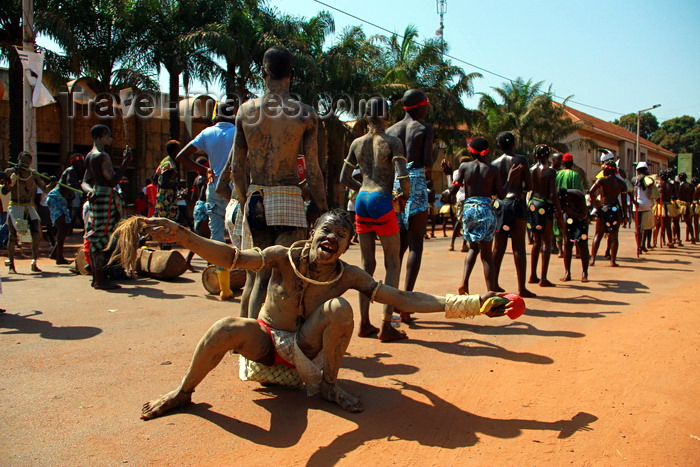 guinea-bissau44: Bissau, Guinea Bissau / Guiné Bissau: Amílcar Cabral Avenue, Carnival, young men to dance / Avenida Amilcar Cabral, carnaval, homens a dançar - photo by R.V.Lopes - (c) Travel-Images.com - Stock Photography agency - Image Bank