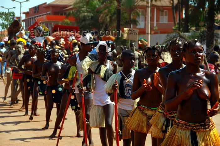 guinea-bissau47: Bissau, Guinea Bissau / Guiné Bissau: Amílcar Cabral Avenue, Carnival, young women and men parading / Avenida Amilcar Cabral, carnaval, jovens mulheres e homens a desfilar - photo by R.V.Lopes - (c) Travel-Images.com - Stock Photography agency - Image Bank