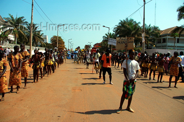guinea-bissau48: Bissau, Guinea Bissau / Guiné Bissau: Amílcar Cabral Avenue, Carnival, parade / Avenida Amilcar Cabral, carnaval, desfile - photo by R.V.Lopes - (c) Travel-Images.com - Stock Photography agency - Image Bank