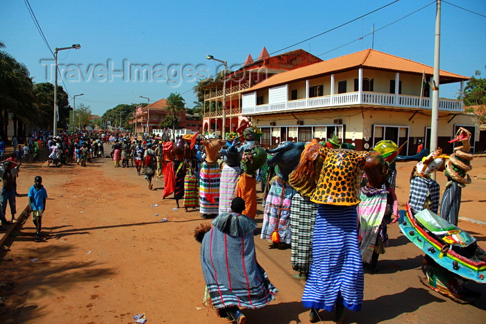 guinea-bissau53: Bissau, Guinea Bissau / Guiné Bissau: Amílcar Cabral Avenue, Carnival, parade / Avenida Amilcar Cabral, Carnaval, desfile - photo by R.V.Lopes - (c) Travel-Images.com - Stock Photography agency - Image Bank